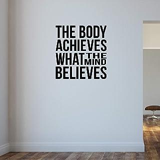 Het lichaam bereikt wat de geest gelooft. Gym Bodybuilding gewichtheffen muursticker motiverend citaat.