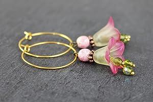 Blütenohrringe in grün mit rosa, Glockenblumen romantische Ohrhänger, Creolen Ohrringe mit Blüten, Geschenk für Frauen