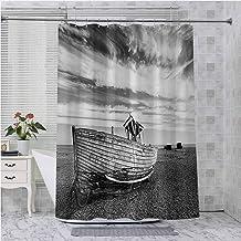 Cortina de ducha con ganchos, imagen de un barco de madera fechado en la playa rocosa y nubes tormentosas en el cielo imag...