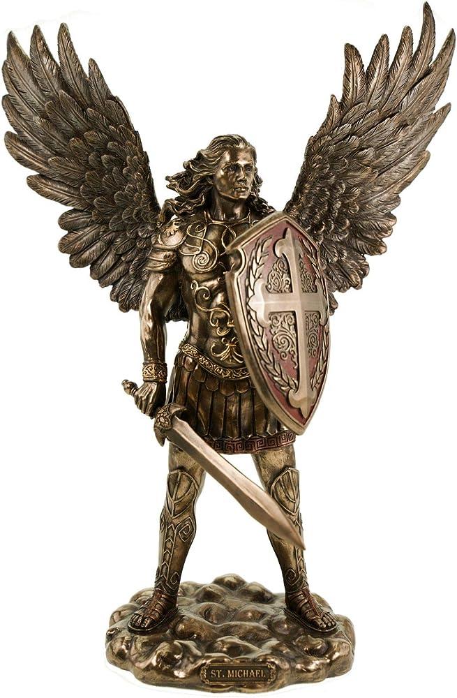 Veronese statua di michael arcangelo in armatura con spada e scudo