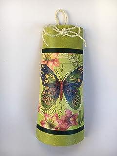 Teja decorativa con mariposa sobre tonos de color verde