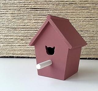 Casa de pájaros decorativa de madera en color rosa oscuro y de estilo nórdico y minimalista