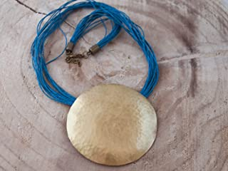 Collar geométrico mujer, collar boho mujer, collar dorado con cordón de lino azul.