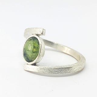 Delicato anello con Tormalina ovale verde misura 8 mm x 6 mm, realizzato interamente a mano in argento sterling.