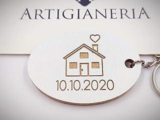 """ArtigianeriA - Portachiavi in legno, modello""""CASETTA DELL'AMORE"""", personalizzabile con una data a scelta. Realizzato a man..."""