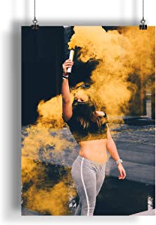 Lady hält eine gelbe Rauchgranate A0 A1 A2 A3 A4 Satin Foto Plakat a1043h