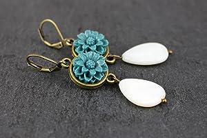 Ohrringe mit Tropfen Perlen in creme weiß, Blumen in petrolblau, antik bronze