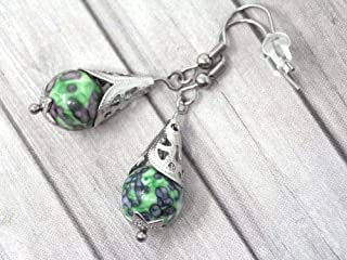 Orecchini da donna in acciaio inossidabile con cono in acciaio filigranato e perline di giada colorate verdi e nere