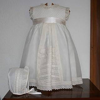 Faldón bautizo beige confeccionado en cristal, puntillas de valenccien y entredos de tira bordada, con gorro a juego. Tall...