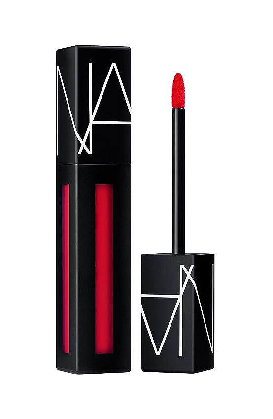 寄稿者困惑する読書をするNars Powermatte Lip Pigment - Light My Fire