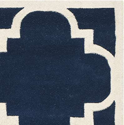 Tapis rectangulaire d'intérieur contemporain tufté à la main, collection Chatham, CHT730, en bleu foncé / ivoire, 122 X 183 cm pour le salon, la chambre ou tout autre espace intérieur par SAFAVIEH.