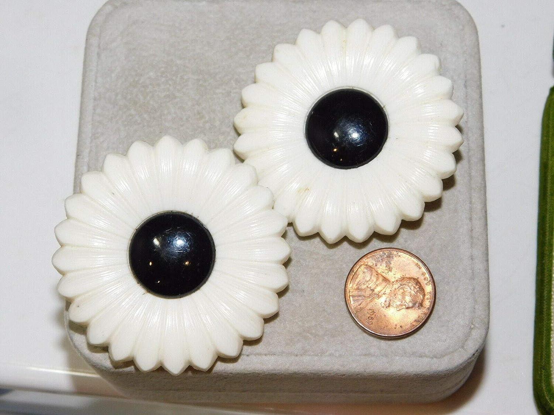 Vintage Germany Black White Huge Daisy Flower Plastic Clip on Earrings 5k 18 ES-1880