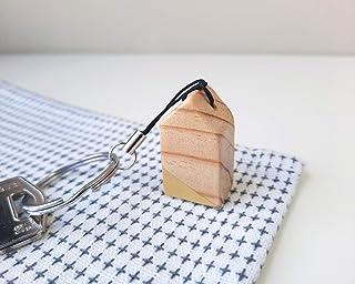 Llavero con casa de madera minimalista en amarillo mostaza. Recuerdos de boda o bautizo de estilo nórdico
