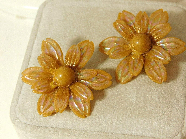Vintage AB Taupe Large Flower Plastic Clip on Earrings 3i 30 ES-3239
