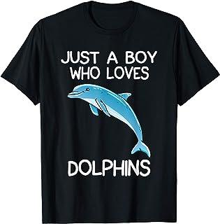 Un garçon qui aime les dauphins offre un cadeau à un T-Shirt