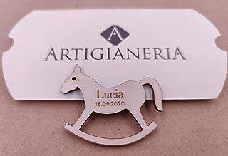 Artigianeria - Set di n°20 (o più) pezzi. Cavalluccio a dondolo in legno personalizzato con nome e data. Ideale come bombo...