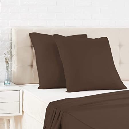 Amazon Basics Taie d'oreiller en satin - 65 x 65 cm x 2, Marron