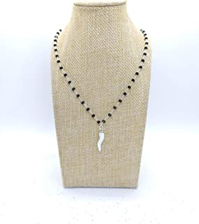 Collana girocollo stile rosario realizzata a mano colore argento, cristalli neri e cornetto bianco portafortuna.