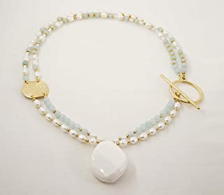 collana multifilo asimmetrica chiusura laterale perle bianche e pietre dure giada acquamarina ciondolo agata