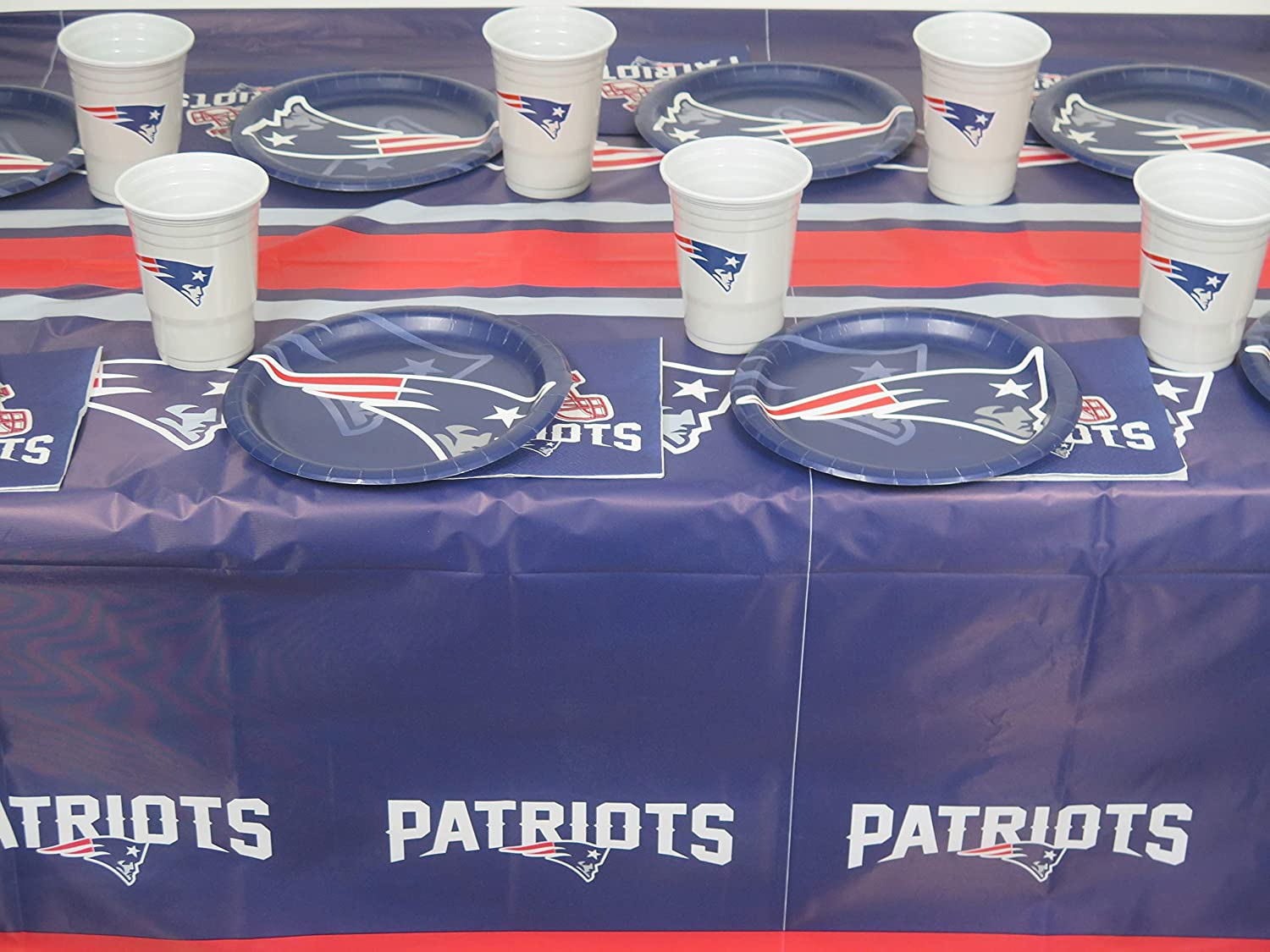 New England Patriots Super Bowl 98 pieces jumbo Party set FRE SATURDAY DELIVERY. Includes 2 TableclothS,32 DINNER plateS, 32 napkins, and 32 jumbo plastic cups.