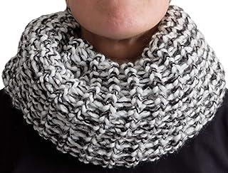 Scaldacollo in maglia, sciarpa ad anello intrecciato a due colori con base col. Bianco e inserimenti di fili con variazion...