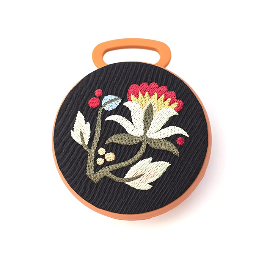 九時四十五分サラダドックTech Candy ベターオフスレッド Bluetoothスピーカー ハンガリー刺繍 素晴らしいサウンド スタイリッシュなデザイナー 美しいカラビナクリップオン バックパックまたはバッグ かわいいオレンジの花 ワイヤレス ガールズ レディース