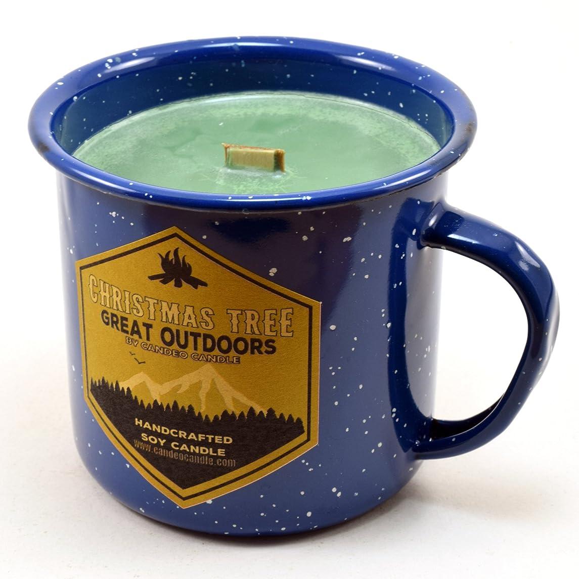 戦略ヒューズ交流するクリスマスツリーウッド芯Soy Candle in anエナメルキャンプマグカップ、10オンス