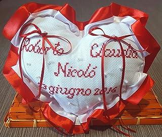 Crociedelizie, Cuscino fedi portafedi ricamato a puntocroce con nomi sposi + data matrimonio + nome figlio forma cuore con...