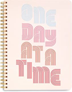 "Ban.do Rough Draft Draft Mini Spiral Notebook with Saying ، 9 ""x 7"" با جیب و 160 صفحه خط دار ، یک روز در یک زمان"