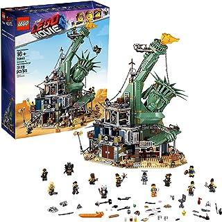 LEGO Movie 2 - Bienvenidos a Apocalipsburgo, Set de Construcción con el Escenario de la Película, Incluye Minifiguras de Emmet y Lucy, Regalo Coleccionista (70840)