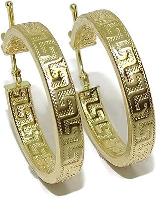 Orecchini a cerchio in oro giallo 18 k con greca, design tubolare schiacciato da 4 mm e 2,5 cm di diametro esterno. Chiusura facile a scatto.