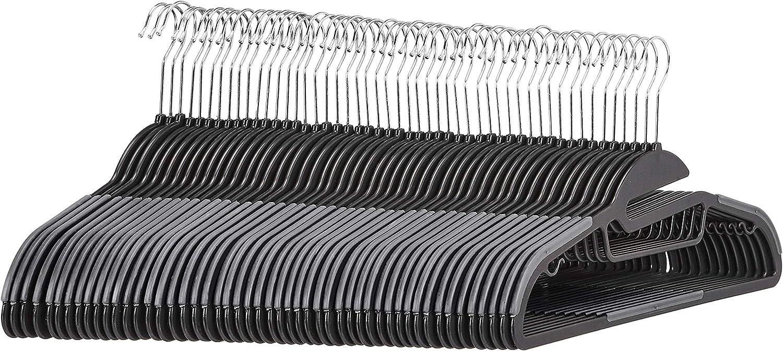 Amazon Basics - Perchas de plástico, resistentes, antideslizantes, con barra horizontal de goma, color gris, 50 unidades