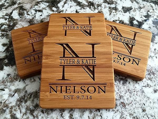 个性婚礼礼品和新娘送礼礼品字母组合木质杯垫饮料 4 套尼尔森设计