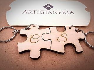 ArtigianeriA - Coppia di portachiavi in legno separabili stile DOPPIO PUZZLE, personalizzato con iniziali a scelta. Incisi...