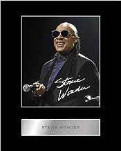 Foto enmarcada firmada por Stevie Wonder con diseño de música