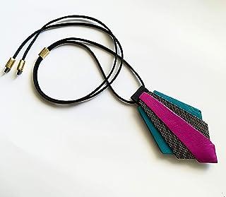Ciondolo design in pelle e nappa montato su laccio regolabile tramite nodo scorsoio, pendente geometrico in vari colori
