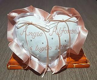 Crociedelizie, Cuscino fedi portafedi ricamato a puntocroce con nomi sposi + data matrimonio forma cuore con doppio volant...