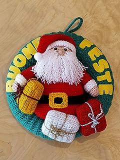 Ghirlanda fuoriporta natalizio con babbo Natale e regali amigurumi fatta a mano. corona. decorazione natalizia ad uncinett...