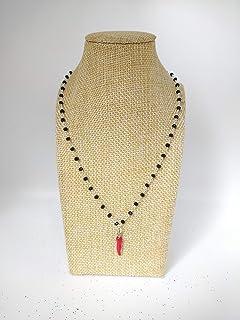 Collana girocollo stile rosario con cristalli neri e ciondolo a forma di cornetto rosso
