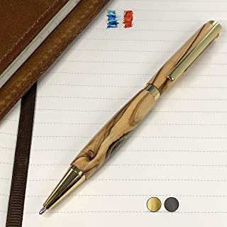 Penna in legno d'Ulivo, prodotta artigianalmente in Francia. Possibilità di incisione personalizzata. Confezione regalo in...