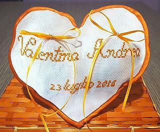 Crociedelizie, Cuscino fedi portafedi ricamato a puntocroce con nomi sposi + data matrimonio forma cuore con rifinitura es...