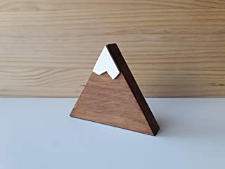 Montagna triangolare in legno color noce con neve