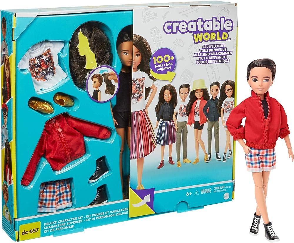 Mattel,bambola con capelli neri, sei vestiti, tre paia di scarpe e due accessori GKV47