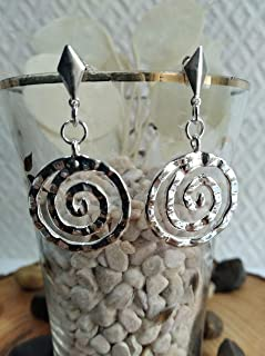 Pendientes de plata con filigrana entrelazada con un diseño elegante.