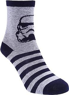 Calcetines color gris y azul marino.