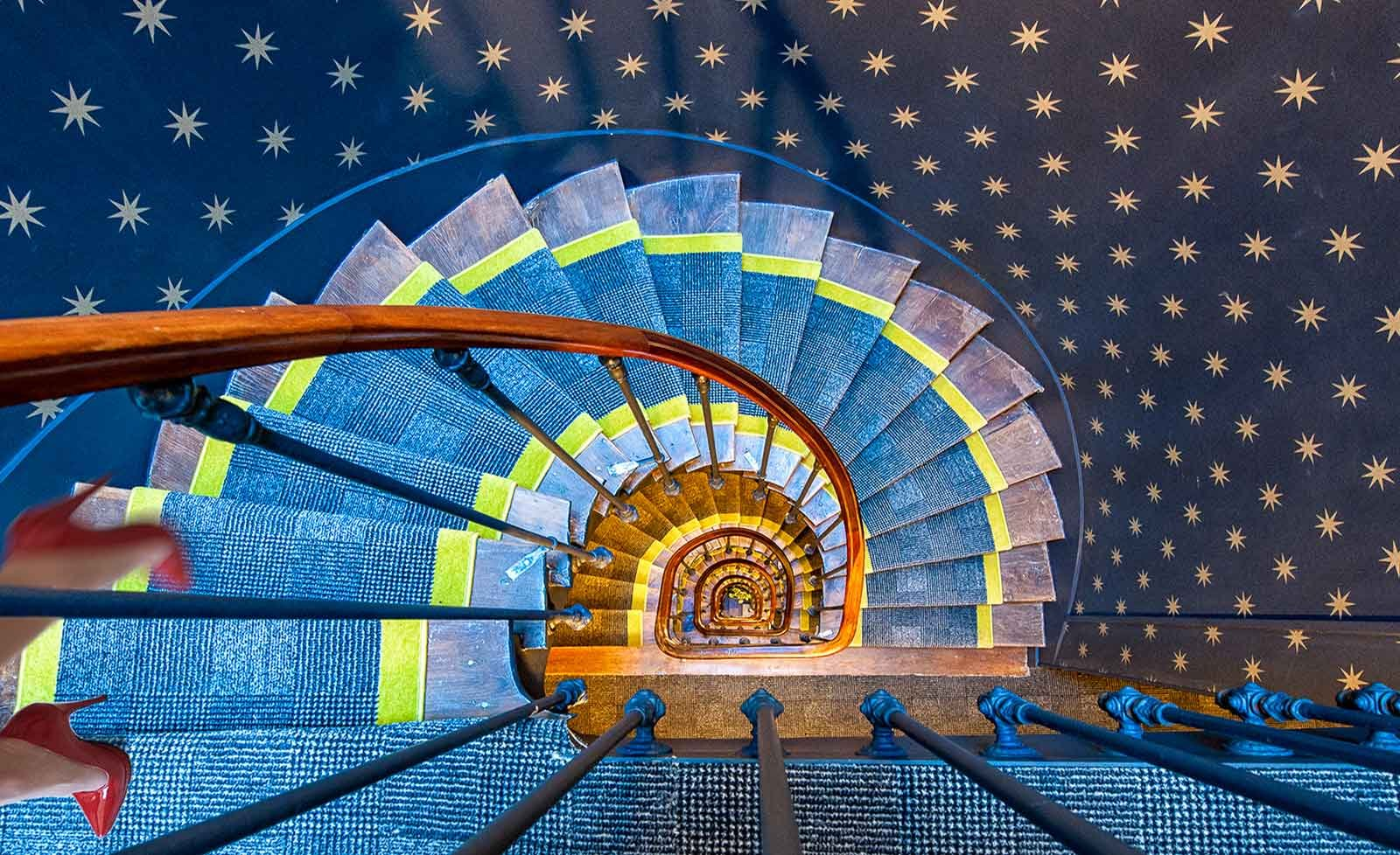 Papel Tapiz Fotomural - Escalera De Caracol Alfombra Talones Pared Estrellas - Tema Arquitectura - L - 254cm x 184cm (an. x alto) - 2 Tiras - impreso en papel 130g/m2 EasyInstall -