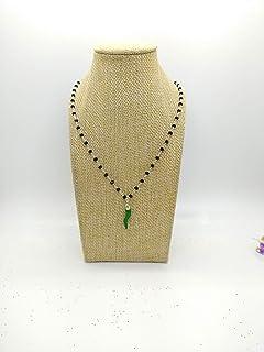 Collana girocollo stile rosario realizzata a mano con filo di colore argento, cristalli neri e cornetto verde portafortuna.