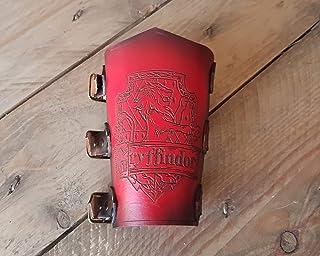 Grifondoro Vambrace, ideale per gli appassionati di Quidditch, realizzato in pelle di alta qualità e con un look cinematog...