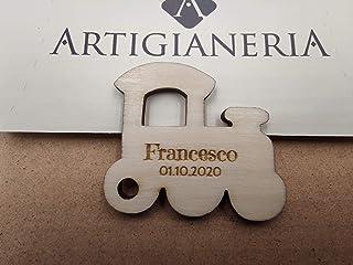 Artigianeria - Set di n°20 (o più) pezzi. Trenino in legno personalizzato con nome e data. Ideale come bomboniera o segnap...
