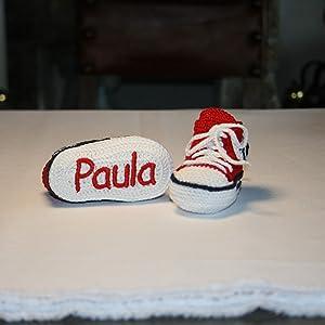 Primera EdadZapatillas converse bebé hechas a mano en ganchillo y personalizadas con el nombre bordado en la suela